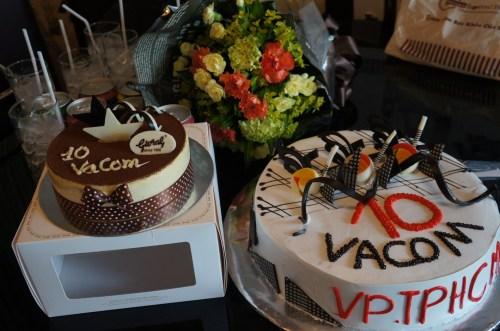 Mr Thành tặng bánh sinh nhật VACOM