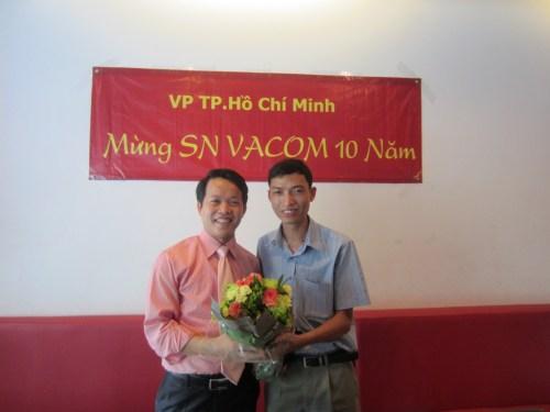 Mr Đức tặng hoa chúc mừng VACOM