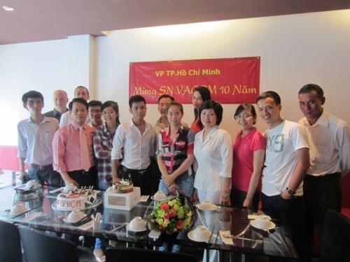Toàn thể VACOM chụp cùng nhà tư vấn hỗ trợ M&A tại Tp HCM